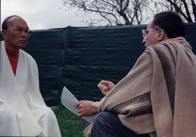 El Maestro De Meditación Vipassana, Dhiravamsa, Intercambiando Impresiones Con Manuel Almendro, En Un Descanso De Uno De Los Seminarios Impartidos Conjuntamente, Basados En La Meditación Y La Psicoterapia.  Varios Seminarios Se Realizaron Desde La Década De Los Años 90.